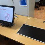 De computer met de defecte scherm er naast